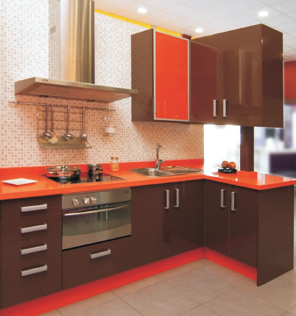 Cocina marron brillo con silestone naranja cool for Cocinas beige y marron